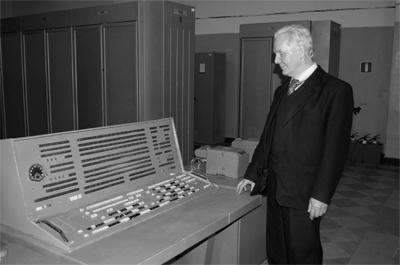 Б.М. Малашевич у пульта одной из 10 действующих К340А 25 ноября 2010 г.