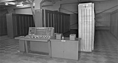 ЭВМ К340А - 20 шкафов в три ряда, инженерный пульт и регистратор – два принтера